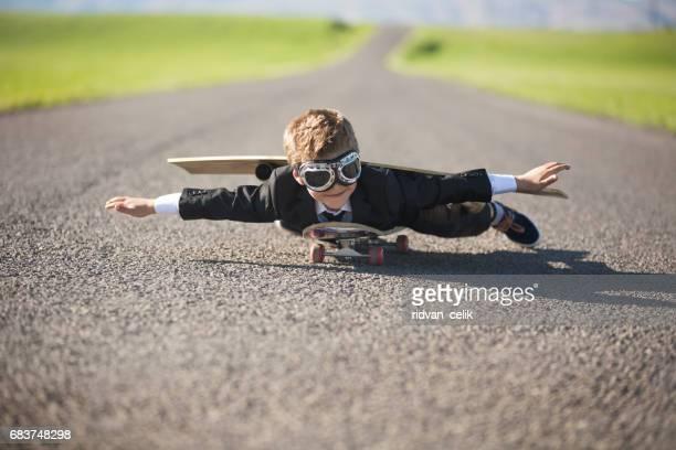 Jeune homme d'affaires imagine voler sur Skateboard