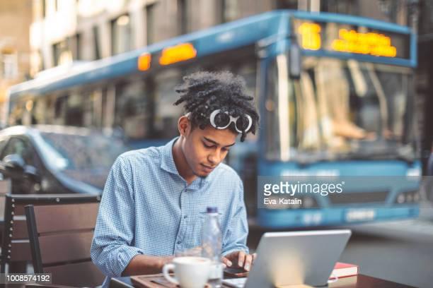 コーヒー ショップで青年実業家 - 金融と経済 ストックフォトと画像