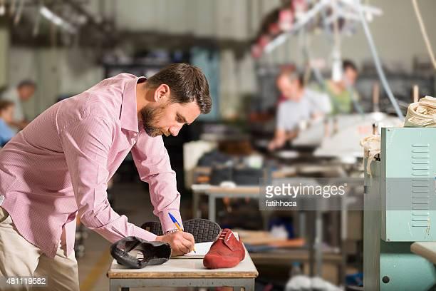 Junger Geschäftsmann in Fabrik
