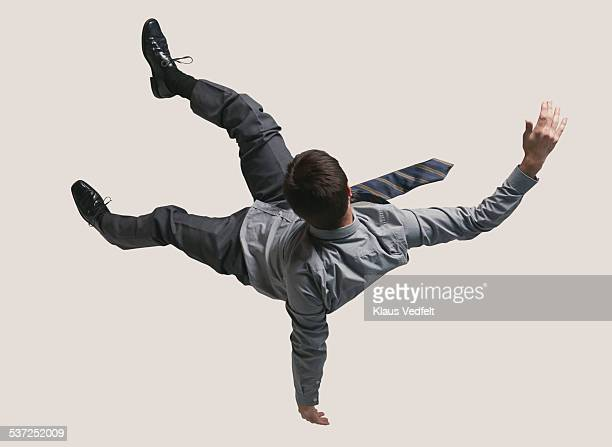 young businessman in the air, falling down - in de lucht zwevend stockfoto's en -beelden