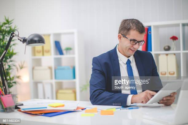 Junger Geschäftsmann im Büro