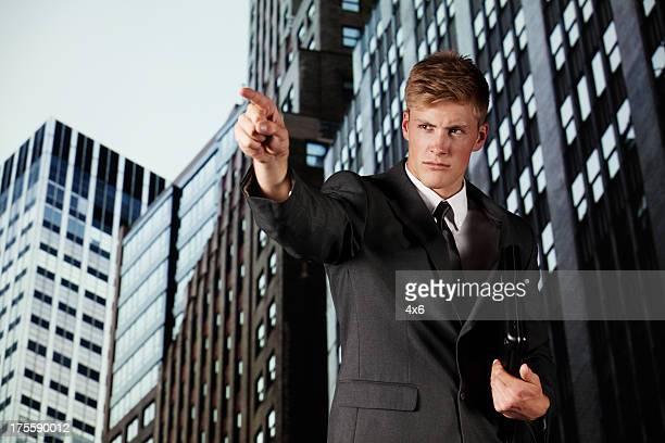 若いビジネスマン指す