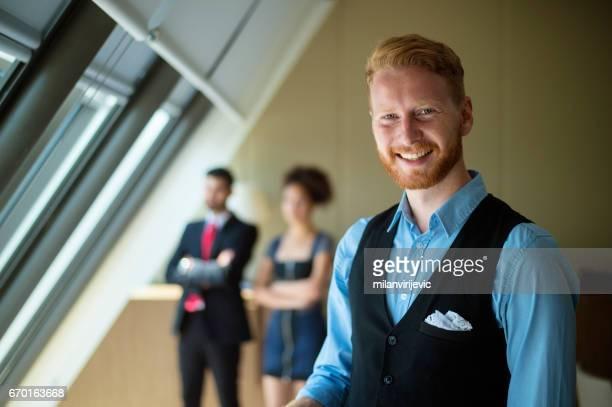 Jeune homme d'affaires posant