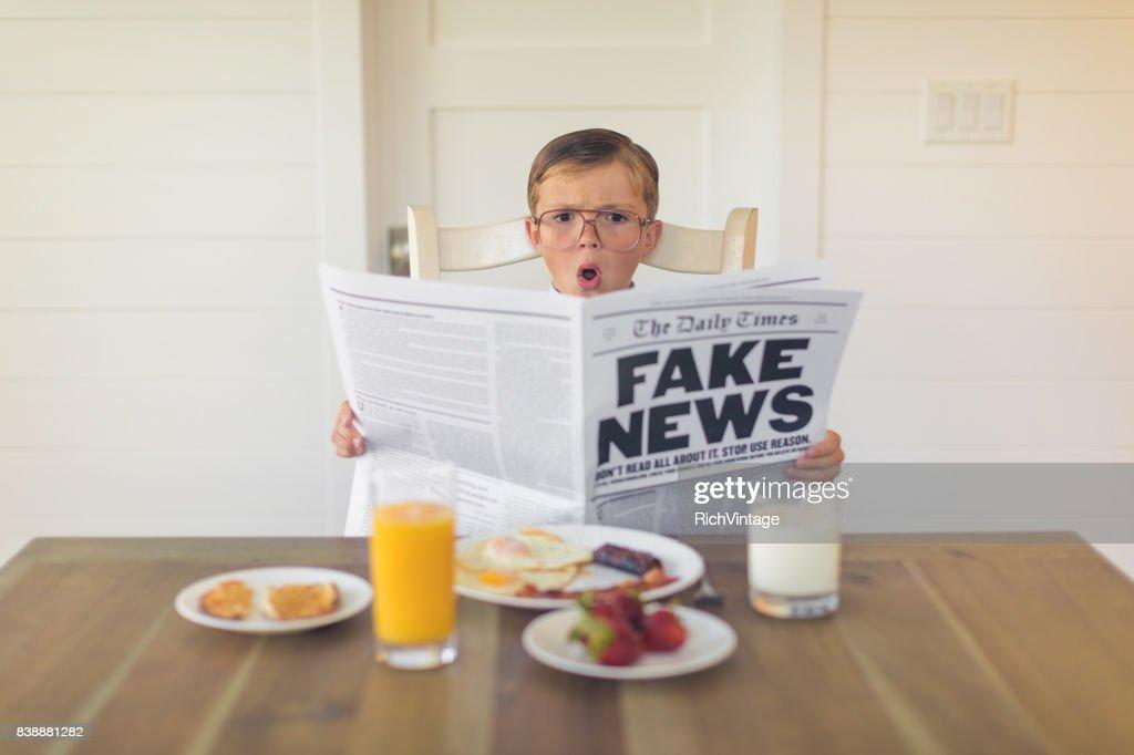 Een jonge zakenman lezing Fake nieuws is verrast : Stockfoto