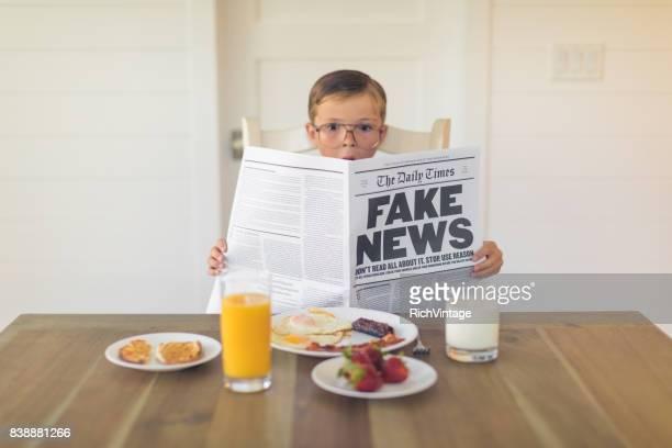 Unas joven empresario leyendo noticias falsas