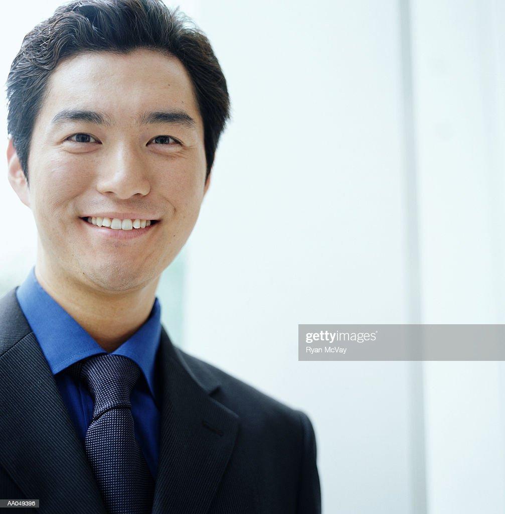 Young businessman smiling, close-up, portrait : Stock-Foto