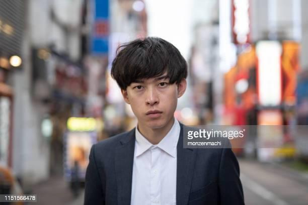 夕方に通りに立っている若いビジネスマン - 攻める ストックフォトと画像