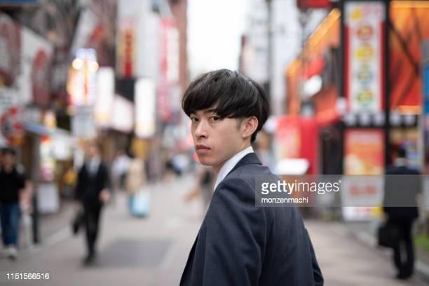 夕方に通りに立っている若いビジネスマン - 激怒 ストックフォトと画像