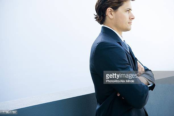 young businessman standing with arms folded, cropped side view - 斜めから見た図 ストックフォトと画像