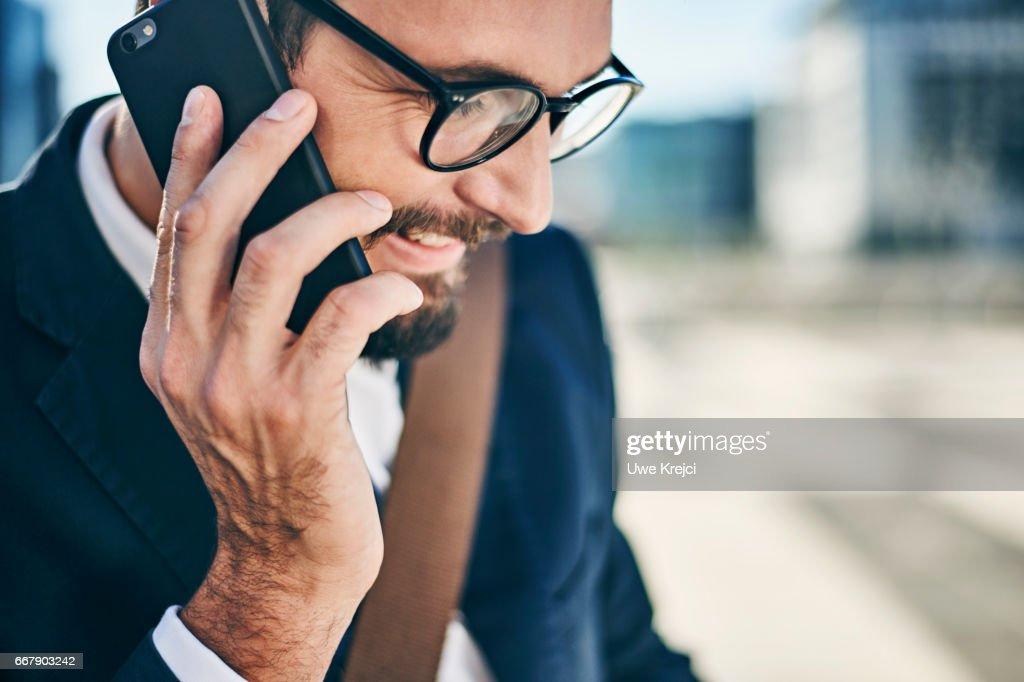 Young businessman talking on phone : Stock-Foto