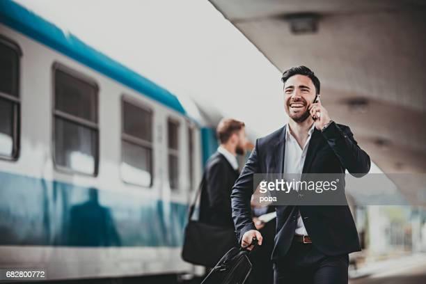 jeune homme d'affaires, en essayant d'attraper le train - attraper photos et images de collection