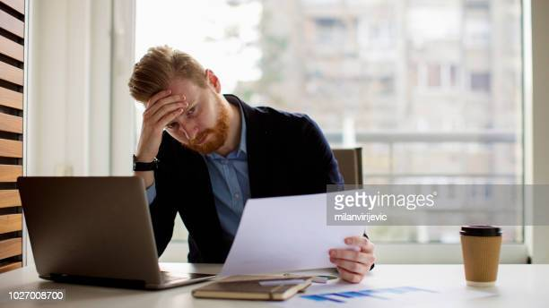 若いビジネスマンのストレス解消 - 経済破綻 ストックフォトと画像