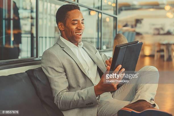 Junger Geschäftsmann mit digital tablet