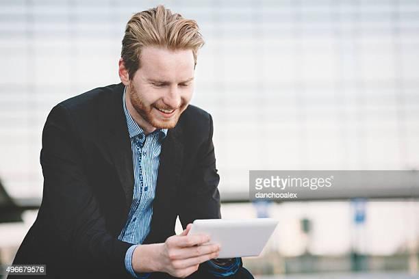 若い実業家のタブレットを使用している pc
