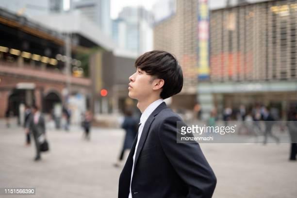 路上で誰かを待っている若いビジネスマン - 退屈 ストックフォトと画像