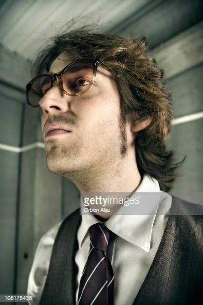 junger geschäftsmann mit retro brille - unterschicht stereotypen stock-fotos und bilder