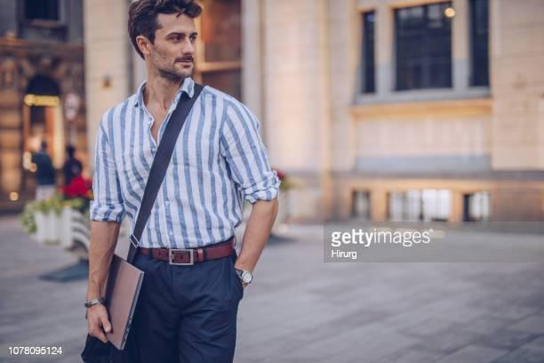 jovem empresário com barba - pulseira - fotografias e filmes do acervo