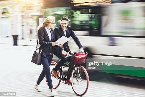 Junger Geschäftsmann mit dem Fahrrad auf der Straße