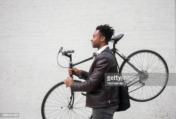 jovem empresário com bicicleta - passageiro diário - fotografias e filmes do acervo
