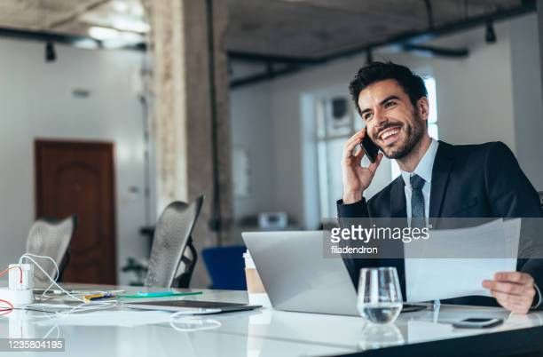 giovane uomo d'affari che lavora in ufficio - businessman foto e immagini stock