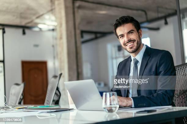 giovane uomo d'affari che lavora in ufficio - abbigliamento da lavoro formale foto e immagini stock