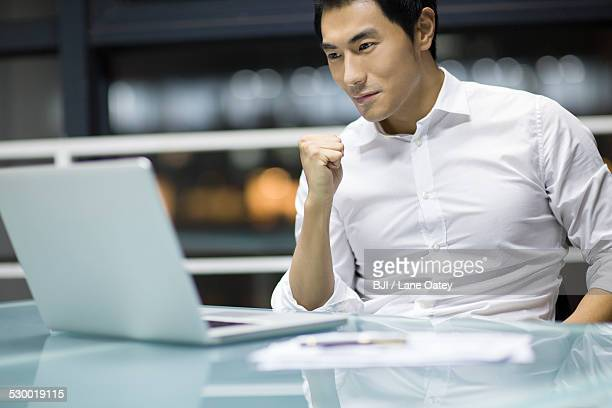 young businessman working in office - 外れる ストックフォトと画像
