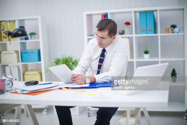 Junger Unternehmer arbeiten im Büro