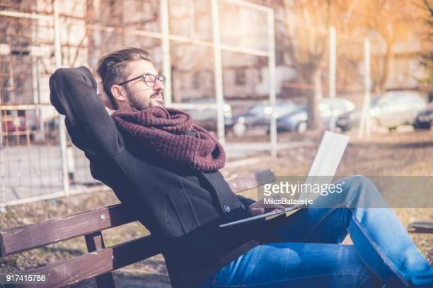 Junger Geschäftsmann arbeiten im freien