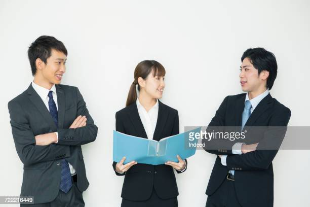 young businessmen and woman talking - exclusivamente japonés fotografías e imágenes de stock