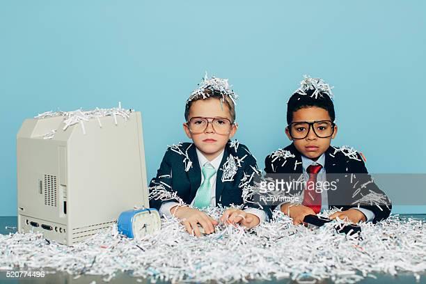 Junge Geschäftsleute, die mit Zerkleinertes Papier am Schreibtisch