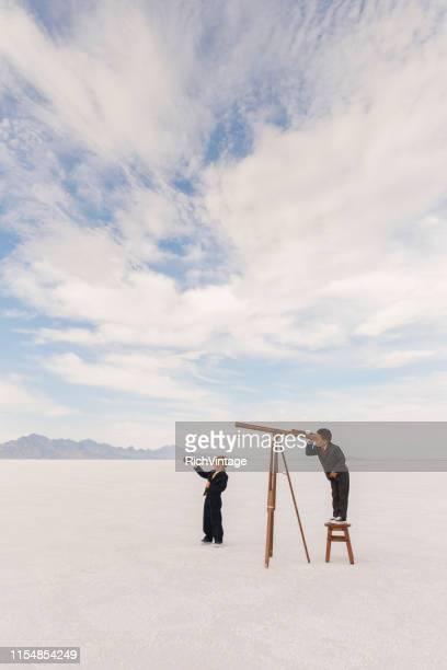 jeunes hommes d'affaires avec des télescopes - objectif photos et images de collection