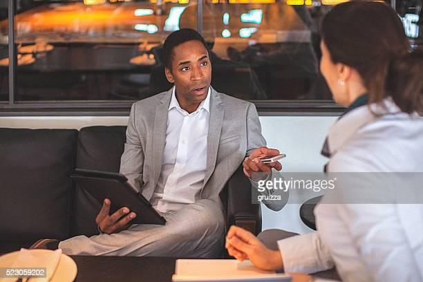 Mann und Junge Geschäftsfrau Gespräch im Restaurant