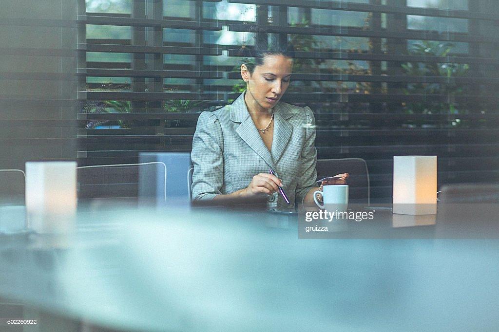 Jeune femme d'affaires dans le café à l'aide de carte de crédit pour les transactions en ligne : Photo
