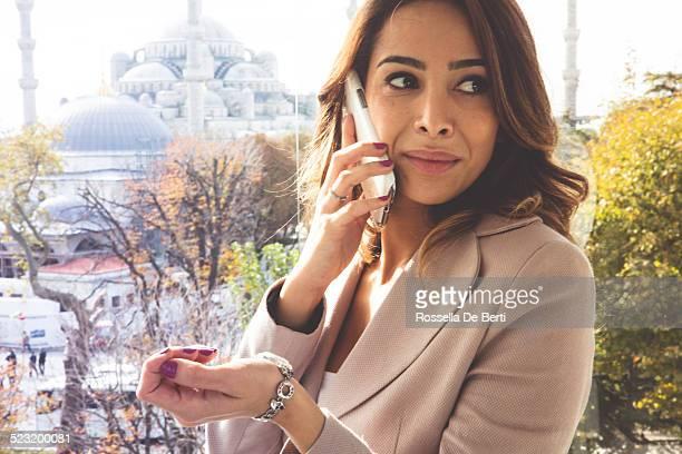 Jeune femme d'affaires vérifiant temps et en attente de quelqu'un
