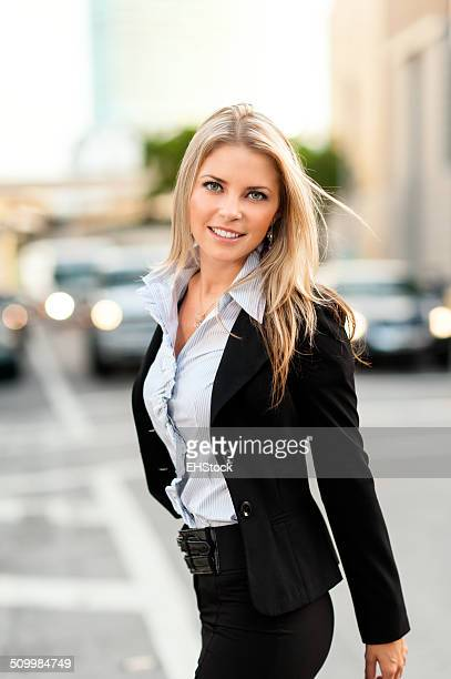 Giovane donna in carriera strada di attraversamento