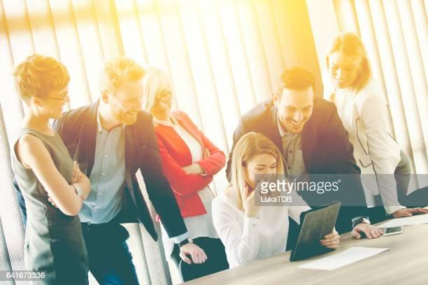 Jonge zakenvrouw in een presentatie te houden