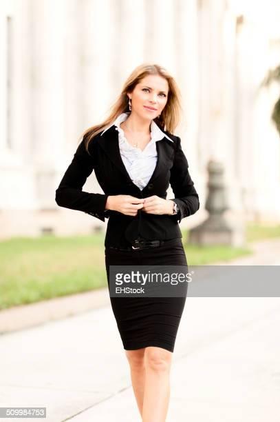 Giovane donna in carriera avvocato al Palazzo di giustizia