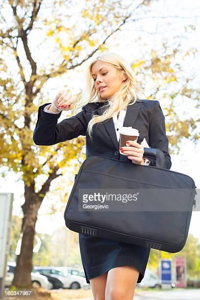 Giovane donna d'affari alla ricerca di video