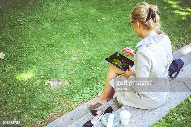 Jeune femme d'affaires sur une pause déjeuner au Parc
