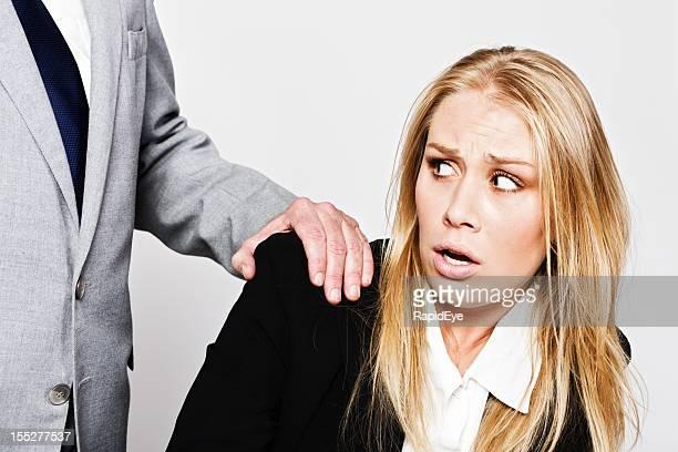 若いビジネスウーマンの引きから unwelcome タッチをかけた成熟したビジネスマン