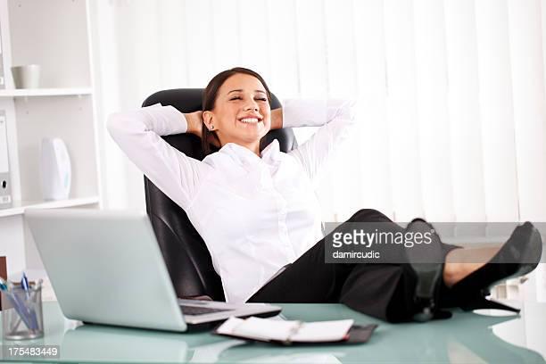 Jeune femme d'affaires relaxant dans le bureau