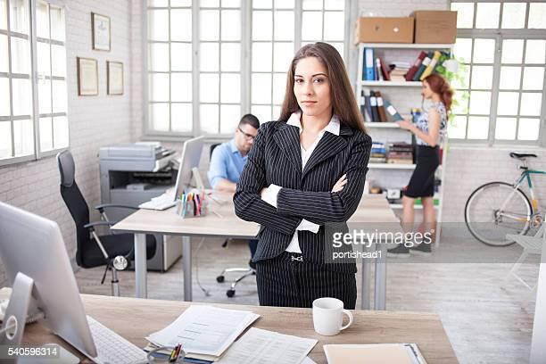Junge Geschäftsfrau stehen am Arbeitsplatz