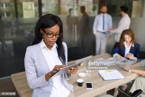 Jeune femme d'affaires à l'aide de tablette numérique à l'agence
