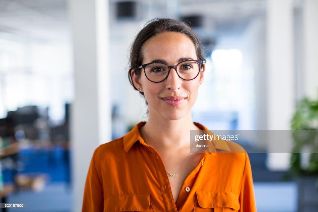 Junge Geschäftsfrau mit Brille im Büro : Stock-Foto