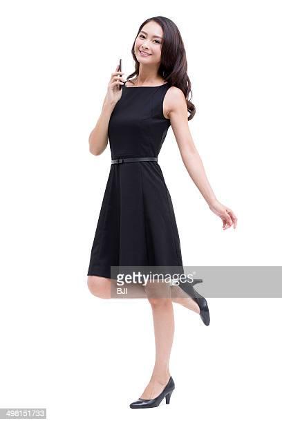 young businesswoman with smart phone - sapato preto - fotografias e filmes do acervo