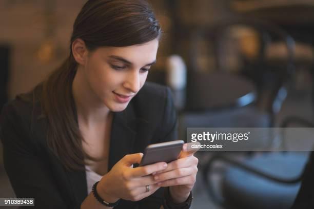 young businesswoman working in restaurant - mensagem com foto imagens e fotografias de stock