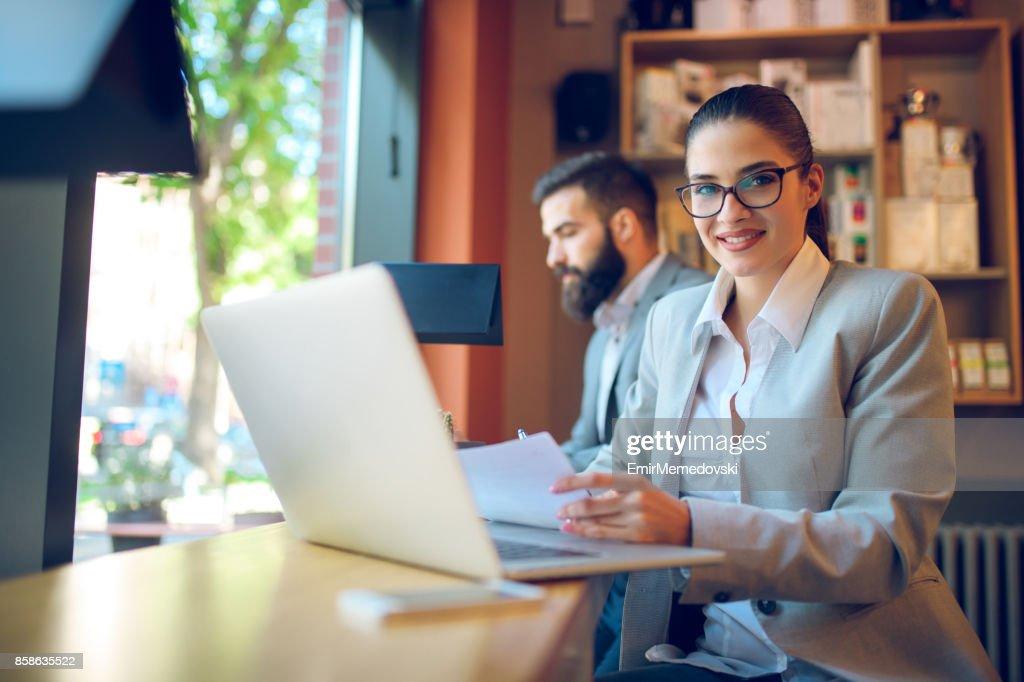 Junge Geschäftsfrau arbeiten am Laptop sitzen im café : Stock-Foto
