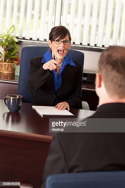 A gritar Mulher de Negócios jovem em um homem de negócios no escritório