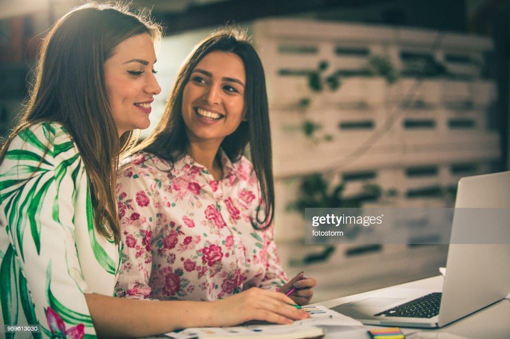 Junge Unternehmerinnen in einer Videokonferenz : Stock-Foto