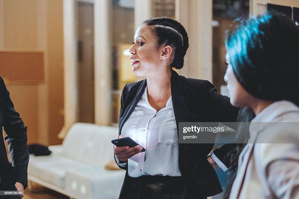 Junge Unternehmerinnen im Büro : Stock-Foto